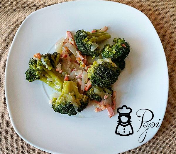 Brócoli con cebolla y bacon